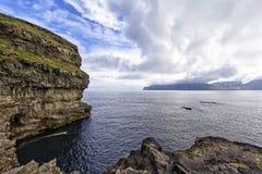 Ακτή και απότομος βράχος κοντά στο μικρό χωριό Gjà ³ gv, Νήσος Φαρόι Στοκ Εικόνα