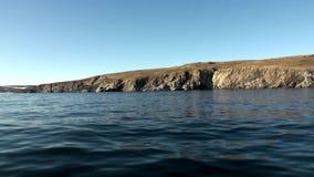 Ακτή και νερό επιφάνειας του αρκτικού ωκεανού στη νέα γη φιλμ μικρού μήκους