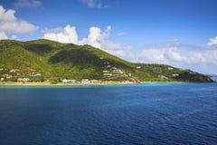 Ακτή κατά μήκος μιας οδικής πόλης σε Tortola καραϊβική θάλασσα στοκ εικόνες