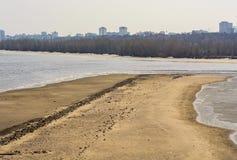 Ακτή με μια άποψη της πόλης στοκ φωτογραφία με δικαίωμα ελεύθερης χρήσης