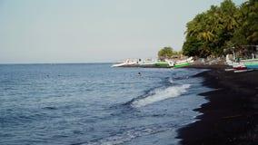 Ακτή με τα αλιευτικά σκάφη απόθεμα βίντεο