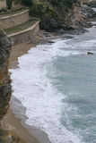 Ακτή με τα κύματα που πλένουν την ακτή Στοκ φωτογραφία με δικαίωμα ελεύθερης χρήσης