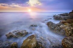 Ακτή με τις αιχμηρές πέτρες στοκ εικόνα
