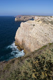 Ακτή με τους απότομους βράχους σε Sagres στο Αλγκάρβε στην Πορτογαλία Στοκ φωτογραφία με δικαίωμα ελεύθερης χρήσης