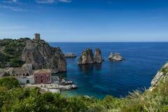 Ακτή με τους βράχους και βαθιά μπλε θάλασσα κοντά Castellamare del Golfo από την είσοδο φυσικός Zingaro επιφύλαξης, Σικελία, Ιταλ στοκ εικόνες