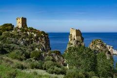 Ακτή με τους βράχους και βαθιά μπλε θάλασσα κοντά Castellamare del Golfo από την είσοδο φυσικός Zingaro επιφύλαξης, Σικελία, Ιταλ στοκ φωτογραφίες με δικαίωμα ελεύθερης χρήσης