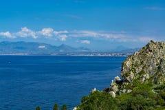 Ακτή με τους βράχους και βαθιά μπλε θάλασσα κοντά Castellamare del Golfo από την είσοδο φυσικός Zingaro επιφύλαξης, Σικελία, Ιταλ στοκ εικόνες με δικαίωμα ελεύθερης χρήσης