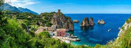 Ακτή με τους βράχους και βαθιά μπλε θάλασσα κοντά Castellamare del Golfo από την είσοδο φυσικός Zingaro επιφύλαξης, Σικελία, Ιταλ στοκ εικόνα με δικαίωμα ελεύθερης χρήσης