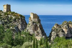 Ακτή με τους βράχους και βαθιά μπλε θάλασσα κοντά Castellamare del Golfo από την είσοδο φυσικός Zingaro επιφύλαξης, Σικελία, Ιταλ στοκ φωτογραφία με δικαίωμα ελεύθερης χρήσης
