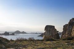 Ακτή με τους βράχους και το σκόπελο γρανίτη Στοκ Εικόνες