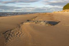 Ακτή με το ίχνος των κυμάτων Στοκ Φωτογραφία