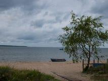 Ακτή μια βροχερή ημέρα Στοκ φωτογραφία με δικαίωμα ελεύθερης χρήσης