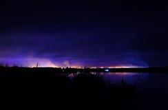 Ακτή νύχτας, άποψη στην πόλη της εγκατάστασης γεώτρησης Kryvyi από τον ποταμό Στοκ φωτογραφίες με δικαίωμα ελεύθερης χρήσης