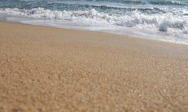 Ακτή παραλιών και σπάζοντας κύματα Στοκ φωτογραφία με δικαίωμα ελεύθερης χρήσης