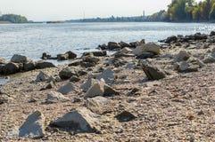 Ακτή ποταμών με το απόγευμα φθινοπώρου βράχων Στοκ φωτογραφία με δικαίωμα ελεύθερης χρήσης