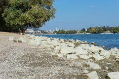 Ακτή ποταμών με το απόγευμα φθινοπώρου βράχων Στοκ Φωτογραφία
