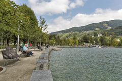 Ακτή πόλης λιμνών Mondsee στις αυστριακές Άλπεις Στοκ Φωτογραφία
