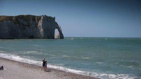 Ακτή σε ηλιόλουστο Etretat Γαλλία Νορμανδία απόθεμα βίντεο