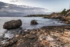 Ακτή στο ηλιοβασίλεμα Salou, Tarragona, πλευρά Daurada στοκ εικόνες