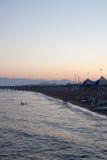 Ακτή στο υπόβαθρο ηλιοβασιλέματος Στοκ Εικόνες