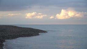 Ακτή στο όμορφο ηλιοβασίλεμα με το ρόδινο σύννεφο απόθεμα βίντεο