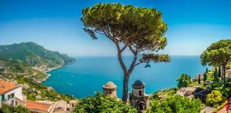 Ακτή της Αμάλφης από τους κήπους Rufolo βιλών σε Ravello, Campania, Ιταλία Στοκ Φωτογραφίες