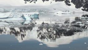 Ακτή της Ανταρκτικής - υπερθέρμανση του πλανήτη - σχηματισμοί πάγου φιλμ μικρού μήκους