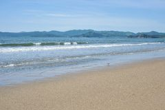Ακτή της θάλασσας με την όμορφη άμμο μια ηλιόλουστη ημέρα στοκ εικόνες με δικαίωμα ελεύθερης χρήσης