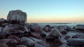 Ακτή της θάλασσας της Βαλτικής στο χειμώνα φιλμ μικρού μήκους