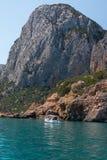 Ακτή της Σαρδηνίας: Μεγαλοπρεπής βράχος κοντά στη θάλασσα, Ιταλία Στοκ Φωτογραφία