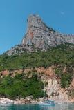 Ακτή της Σαρδηνίας: Μεγαλοπρεπής βράχος κοντά στη θάλασσα, Ιταλία Στοκ φωτογραφίες με δικαίωμα ελεύθερης χρήσης