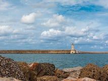 Ακτή της Τοσκάνης: Άσπρος πύργος φάρων, απότομοι βράχοι και ο πέτρινος Jett Στοκ Φωτογραφίες