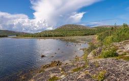 Ακτή τοπίων του νησιού Kuzov, μπλε ουρανός, σύννεφα Στοκ Εικόνες