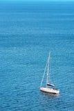 ακτή του Αλγκάρβε mediterranic από την πλέοντας θάλασσα στοκ εικόνες