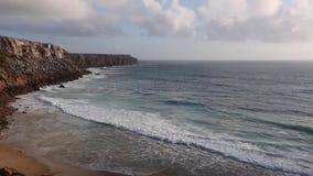 Ακτή του Ατλαντικού Ωκεανού βραδιού, Αλγκάρβε, Πορτογαλία απόθεμα βίντεο