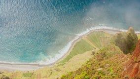 Ακτή του Ατλαντικού Ωκεανού που βλέπει από Cabo Girao, Μαδέρα απόθεμα βίντεο