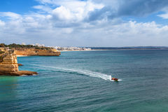 Ακτή του Αλγκάρβε κοντά Armacao de Pera, Πορτογαλία Εξόρμηση λέμβων ταχύτητας Στοκ Εικόνα