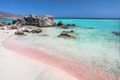 Ακτή του νησιού της Κρήτης στην Ελλάδα Ρόδινη παραλία άμμου διάσημου Elafonisi Στοκ Εικόνες