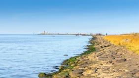 Ακτή του ποταμού Daugava κοντά στο λιμένα της Ρήγας, Λετονία Στοκ φωτογραφία με δικαίωμα ελεύθερης χρήσης