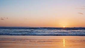 Ακτή του ωκεανού στο ηλιοβασίλεμα κίνηση αργή φιλμ μικρού μήκους