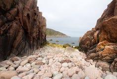 Ακτή των μεγάλων στρογγυλών πετρών Θαλασσών του Μπάρεντς Στοκ Εικόνες
