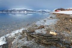 Ακτή φιορδ στην αρκτική Νορβηγία Στοκ Εικόνα