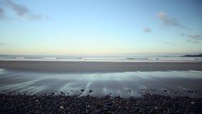 Ακτή χαλικιών της παραλίας Newgale στην Κορνουάλλη απόθεμα βίντεο