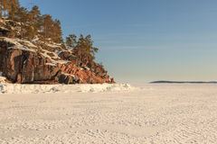 Ακτή χιονιού της θάλασσας Barents. Στοκ εικόνα με δικαίωμα ελεύθερης χρήσης