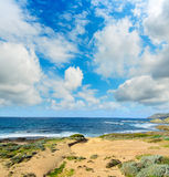 Ακτή Argentiera κάτω από έναν νεφελώδη ουρανό Στοκ φωτογραφία με δικαίωμα ελεύθερης χρήσης