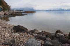 Ακτή Garda λιμνών και το λιμάνι Moniga del Garda κατά τη διάρκεια Στοκ εικόνα με δικαίωμα ελεύθερης χρήσης