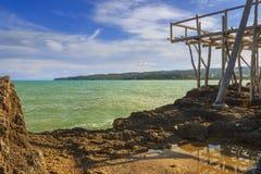 Ακτή Gargano: κόλπος Vieste Apulia, Ιταλία Άποψη από ένα trebuchet που εγκαταλείπεται Στοκ Φωτογραφίες