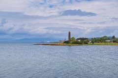 Ακτή Largs και το μνημείο μολυβιών που τιμά την μνήμη της μάχης Βίκινγκ Largs το 1263 στοκ εικόνες