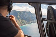 Ακτή Napali από ένα ελικόπτερο με έναν τουρίστα που παίρνει τις εικόνες Στοκ Φωτογραφίες