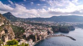 Ακτή Napoli, Di Σορέντο πιάνων Παραλία Meta, άποψη χρονικού σφάλματος της τουριστικής πόλης στην Ιταλία, απίστευτα σύννεφα διακοπ απόθεμα βίντεο